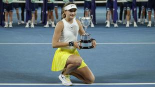 Victoria Jiménez Kasintseva, con el trofeo de campeona de Australia