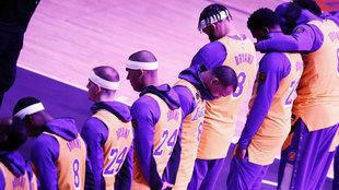 Los jugadores de los Lakers, durante los 24,2 segundos de silencio.