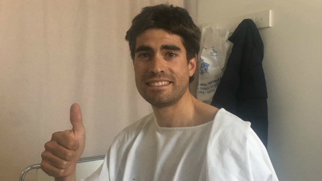 Mikel Landa posa en el hospital tras el atropello.