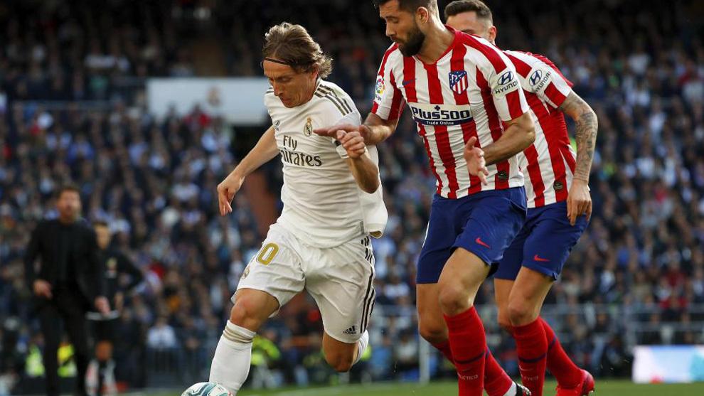 Felipe lucha un balón con Modric.