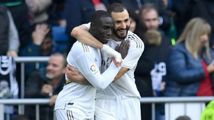 Mendy y Benzema se abrazan tras el gol.