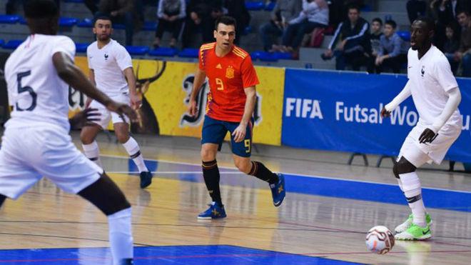 Lozano golpea el balón durante el partido ante Francia.