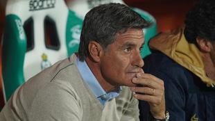 Míchel observa desde la banca un partido de Pumas.