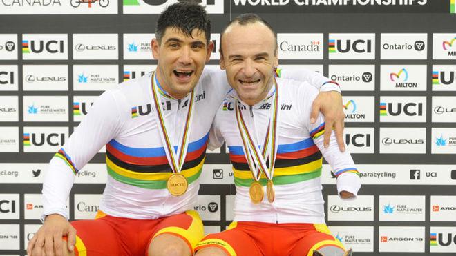 Maurice Eckhard y Ricardo Ten posan con sus medallas de oro y maillots...