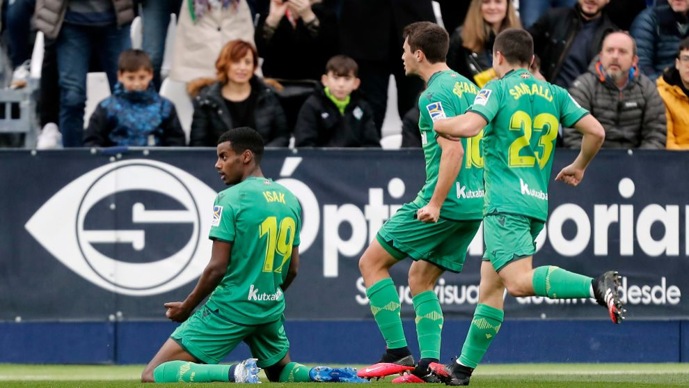 Isak celebra su gol al Lega y Guevara y Sangalli van a felicitarle.