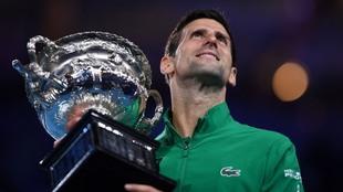 Novak Djokovic con el trofeo.