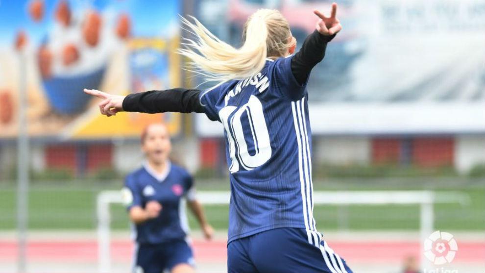 Sofia Jakobsson celebra el primer gol del Tacon en Matapiñonera.