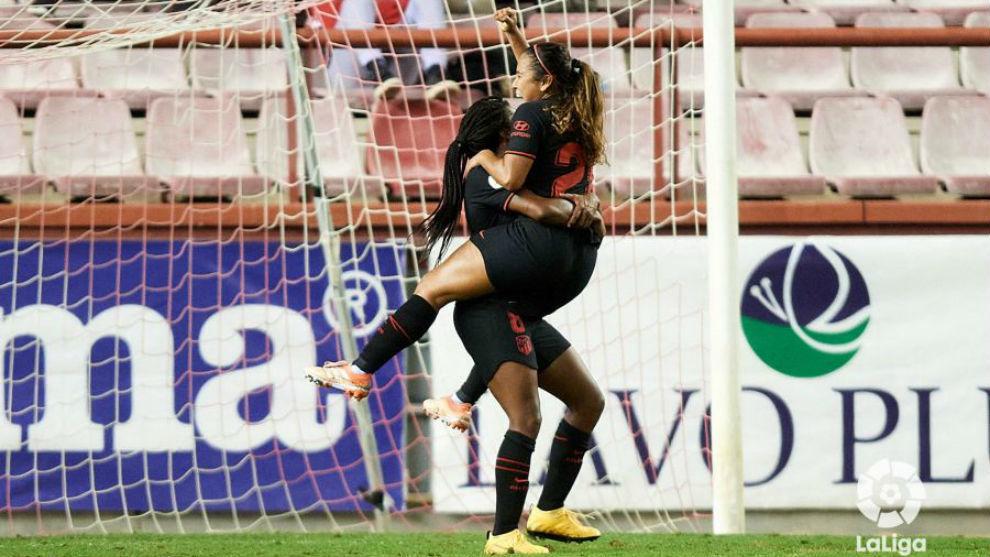 Leicy Santos celebra un gol con Ludmila da Silva.
