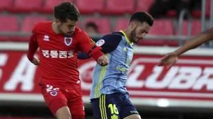 Curro Sánchez y Lazo disputan un balón en Los Pajaritos
