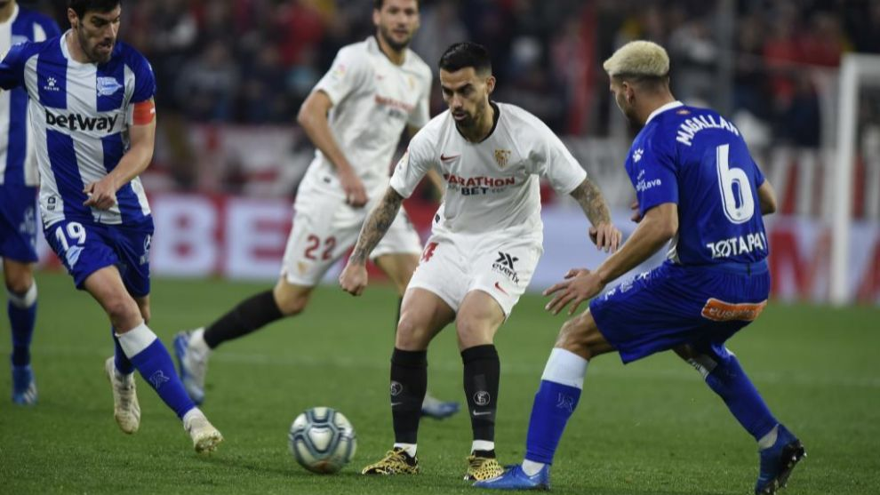 Suso controla la pelota ante Manu García y Magallán.