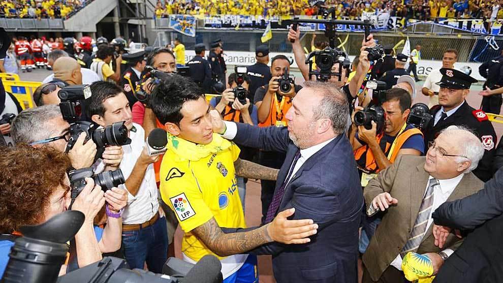 Sergio Araujo junto al presidente Miguel Ángel Ramirez, tras el...