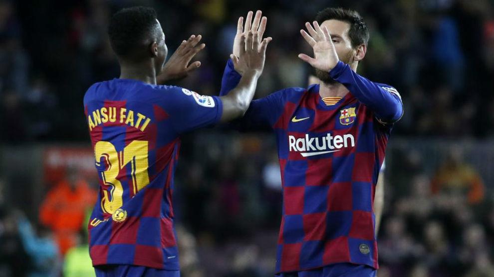 Ansu Fati y Messi celebran uno de los goles del Barcelona al Levante.