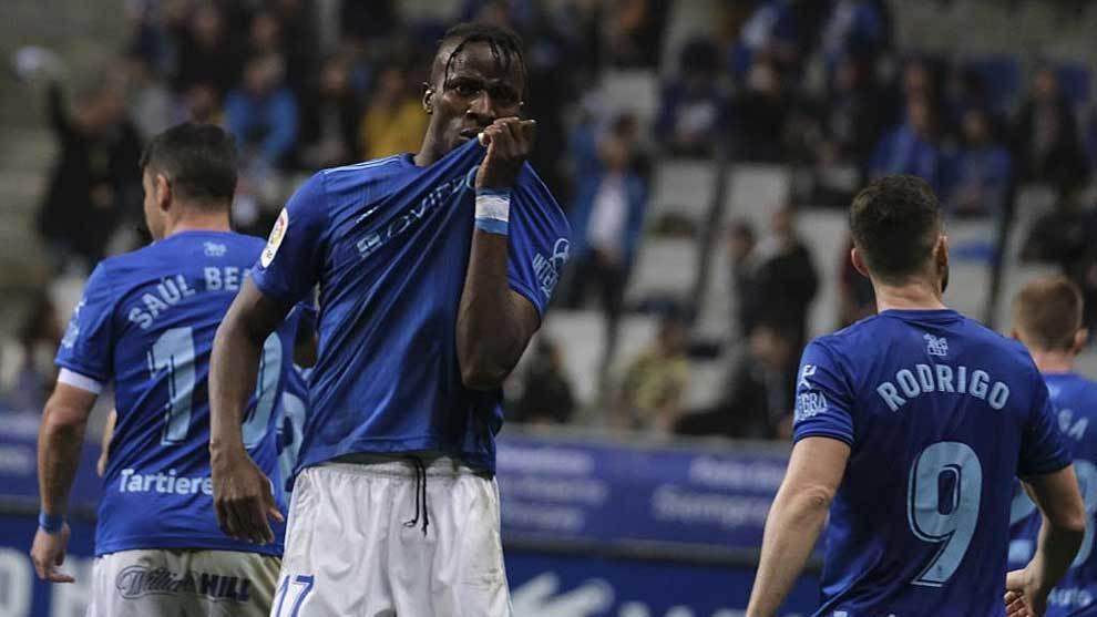 Ibra Baldé se besa la camiseta para celebrar uno de sus dos goles