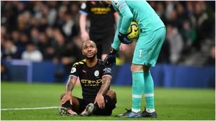 Raheem Sterling se duele antes de marcharse lesionado.