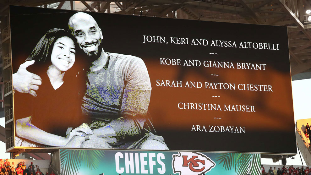 Una imagen de Kobe Bryant y su hija Gianna en el videomarcador del...