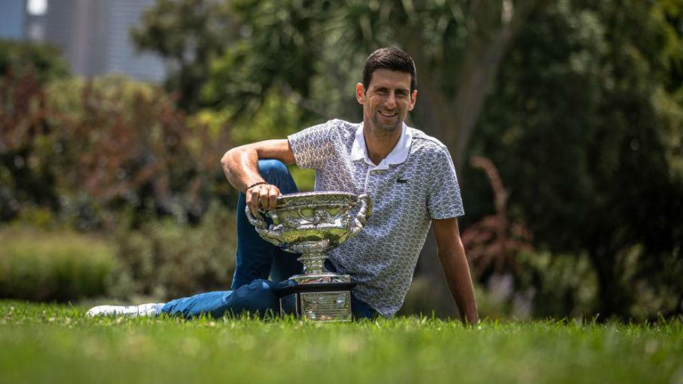 Djokovic posando con el trofeo de campeón en los jardines botánicos