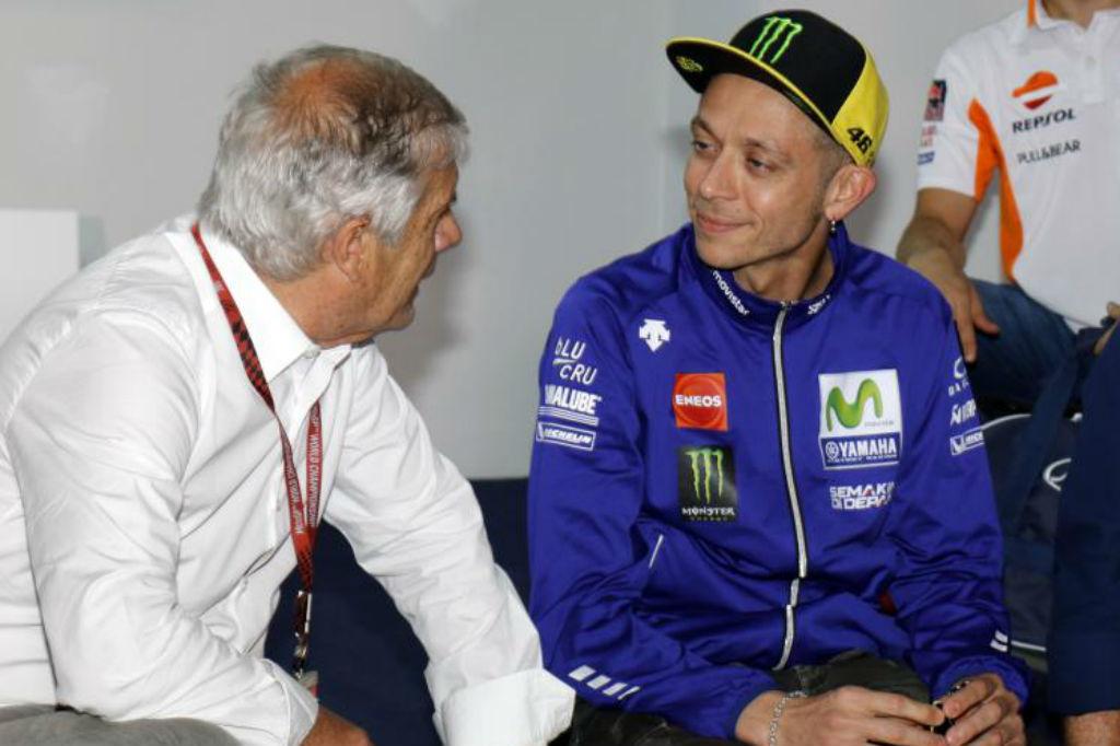 Agostini habla con Rossi en Jerez, en 2017.