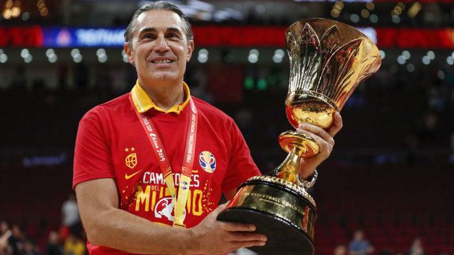 Sergio Scariolo posa con el trofeo de campeón del mundo