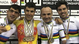 Eckhard, Santas, Ten y Cabello posan con sus medallas en el Mundial de...