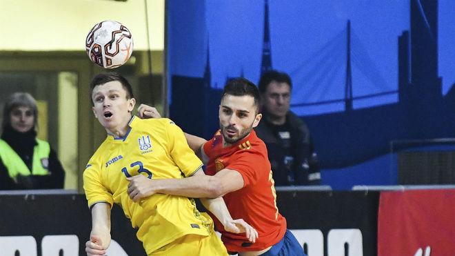 Rafa Usín disputa un balón con el ucraniano Korsun.