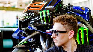 Lorenzo, con su Yamaha M1, en Sepang.