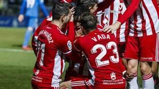 Los jugadores del Almería celebran un gol.