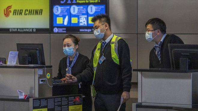 Imagen reciente de un aeropuerto, con los operarios con mascarilla.