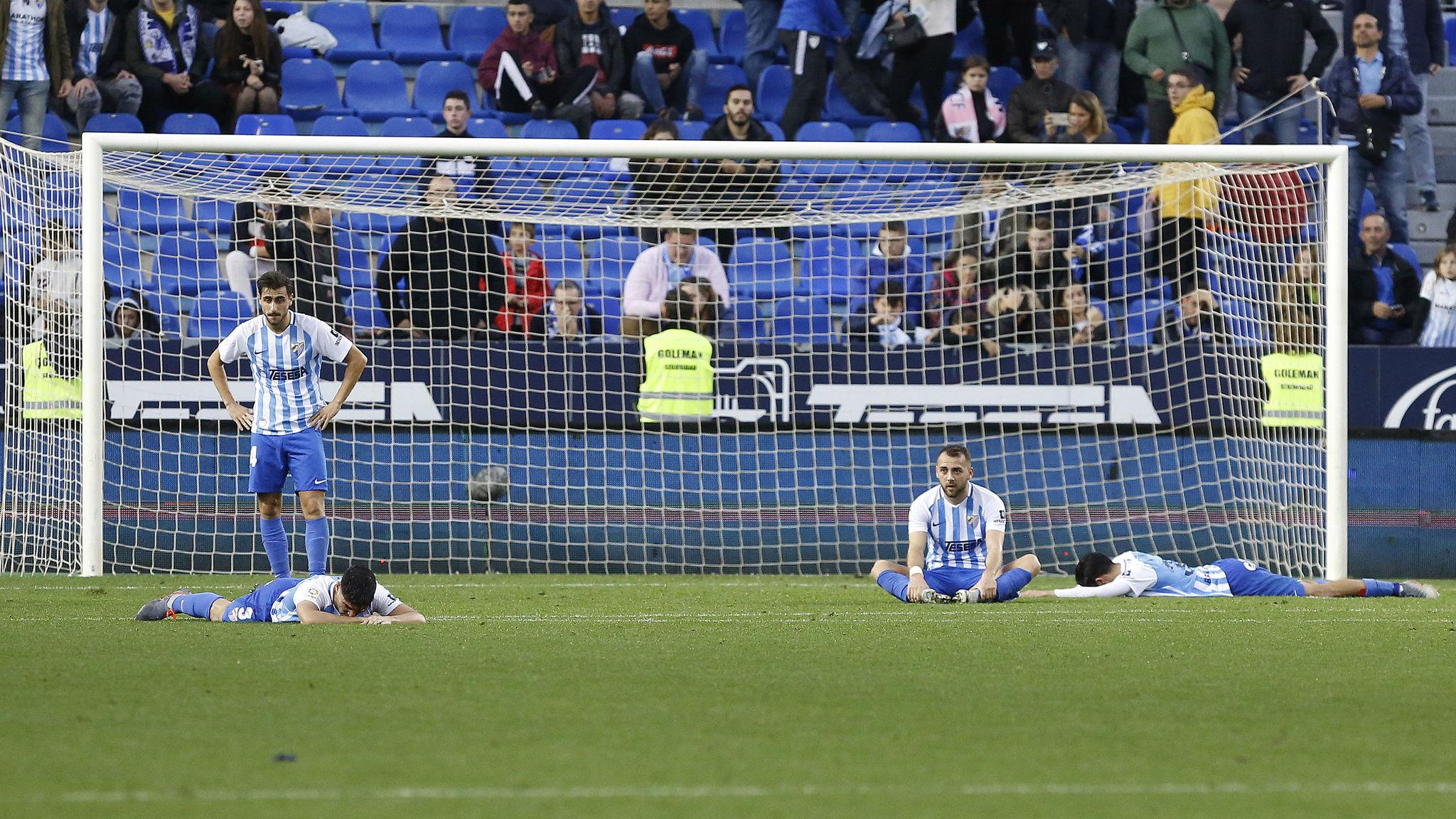 Los jugadores del Málaga, tras perder contra el Lugo en La Rosaleda
