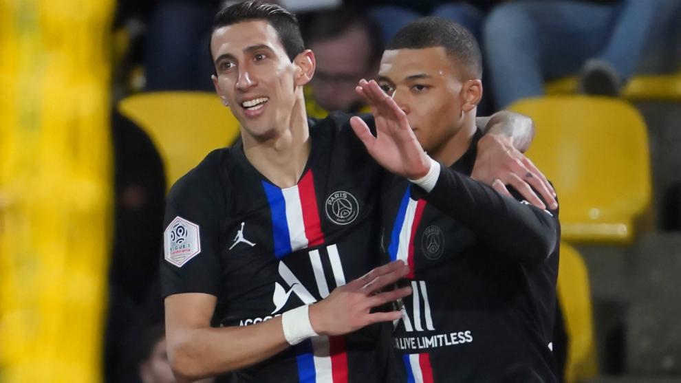 Di María y Mbappé celebran uno de los dos goles al Nantes