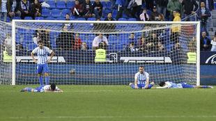 Los jugadores del Málaga, tras perder contra el Lugo en La Rosaleda.