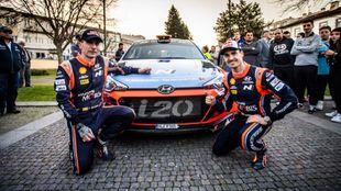 El cántabro y su copiloto, Carlos del Barrio, ante el Hyundai i20 R5...