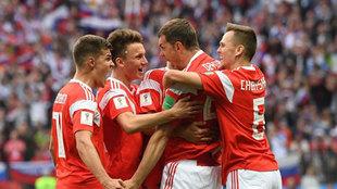 Los jugadores de Rusia celebran uno de sus goles en la Copa del Mundo...