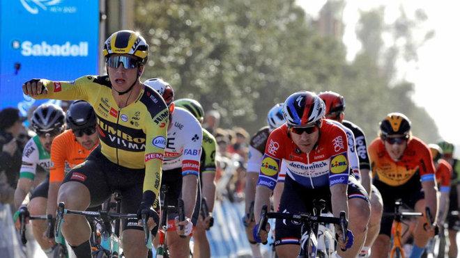 Groenewegen celebra su triunfo en la Vuelta a la Comunidad Valenciana