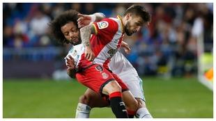 Portu y Marcelo pugna por un balón en un partido entre Girona y Real...
