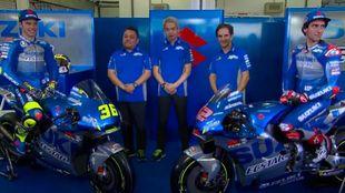 Mir y Rins, con los jefes en el box de Suzuki en Sepang.