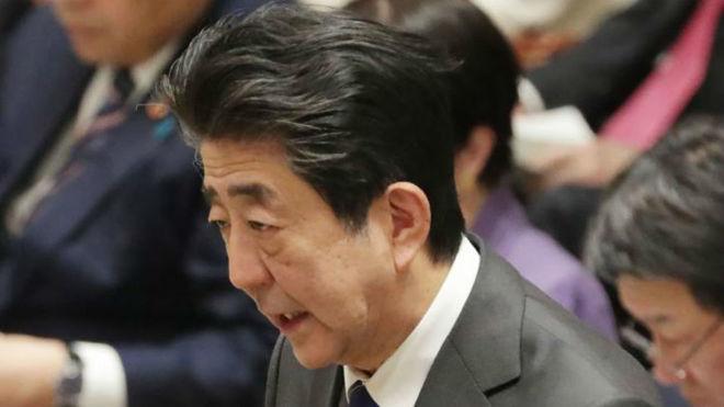 El primer ministro japonés, Abe, durante una reunión.