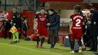 Iraola da instrucciones a Alvaro Peña durante un partido del...