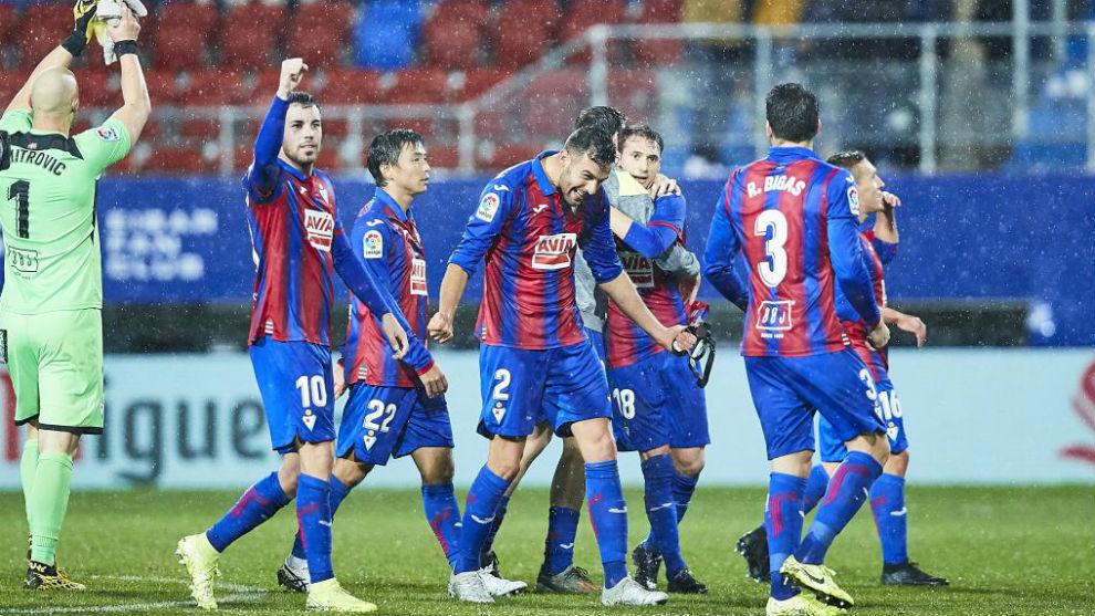 Los jugadores del Eibar celebran una victoria.