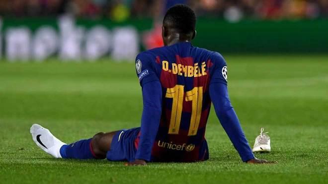 Dembélé, sentado en el césped.