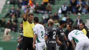 Pulido Santana muestra la cartulina roja a Laure.