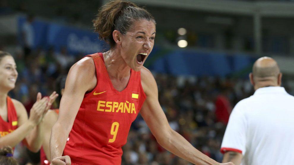 Laia Palu celebrando una canasta con la selección española