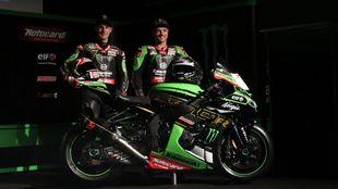 Rea y Lowes pusan junto a la Kawasaki en la presentación.