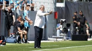 Antonio Iriondo da instrucciones durante un partido