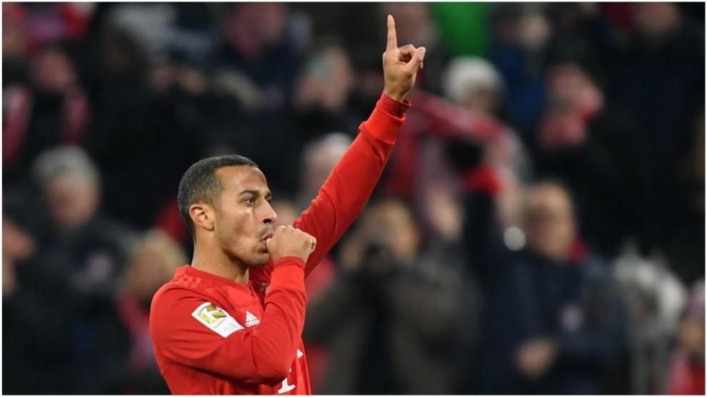 Thiago Alcántara celebra su gol contra el Schalke.