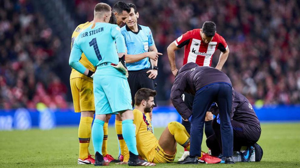 Gerard Piqué, atendido por los servicios médicos.