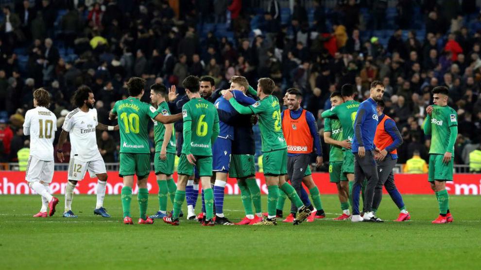 Los jugadores de la Real celebran su triunfo en el Bernabéu.