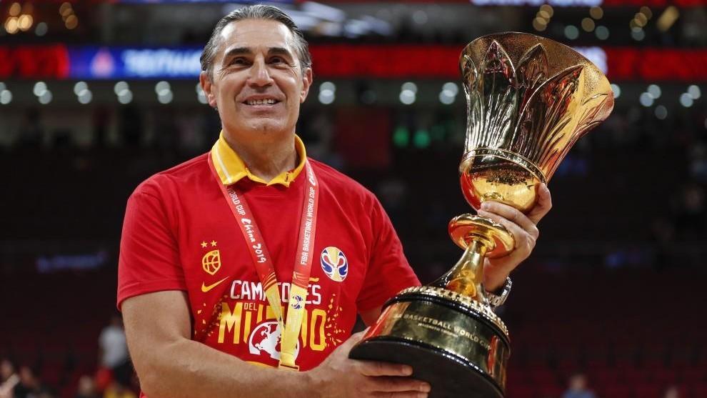 Sergio Scariolo, con el trofeo de campeón del Mundo.