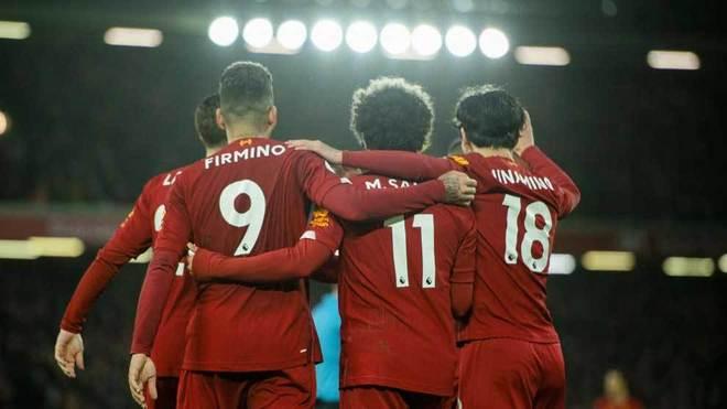 Los jugadores del Liverpool se abrazan para celebrar un gol.