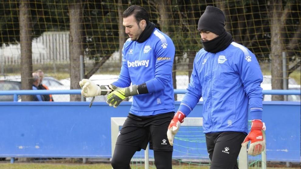 Roberto Jiménez se ajusta los guantes durante un entrenamiento del...