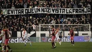 Pancartas en Vallecas contra Zozulia antes de ser suspendido el...